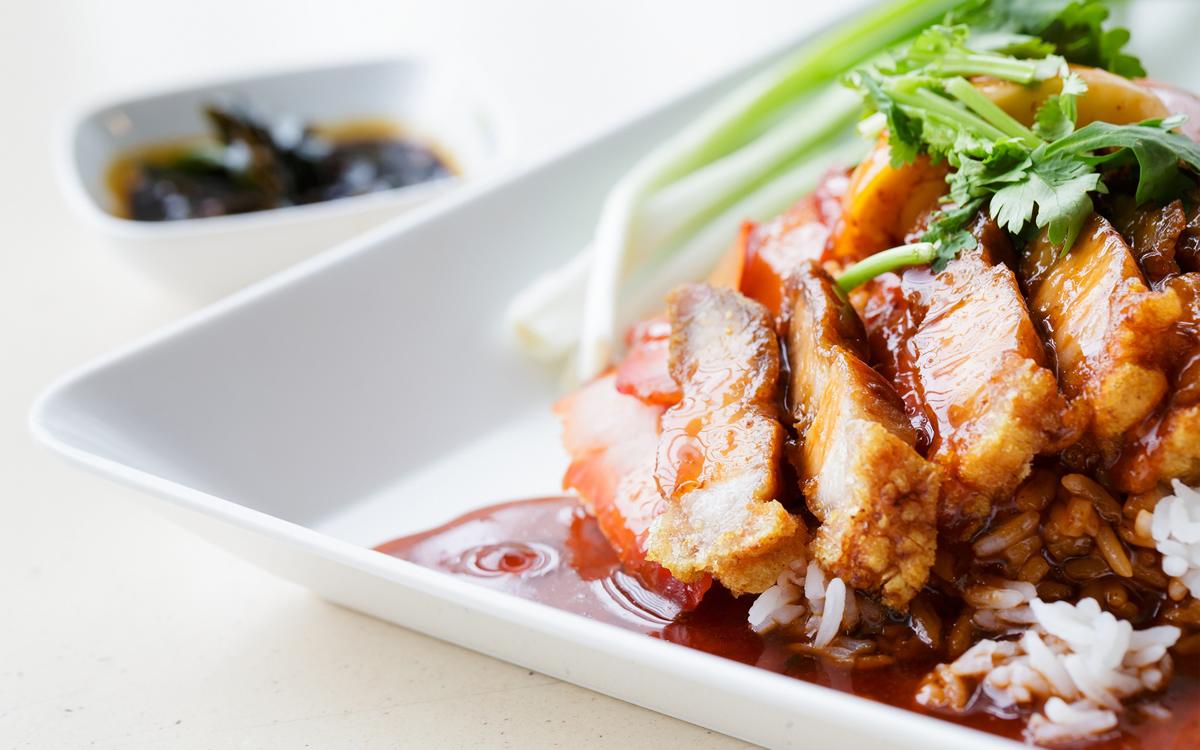 Arroz con salsa de pollo y verduras