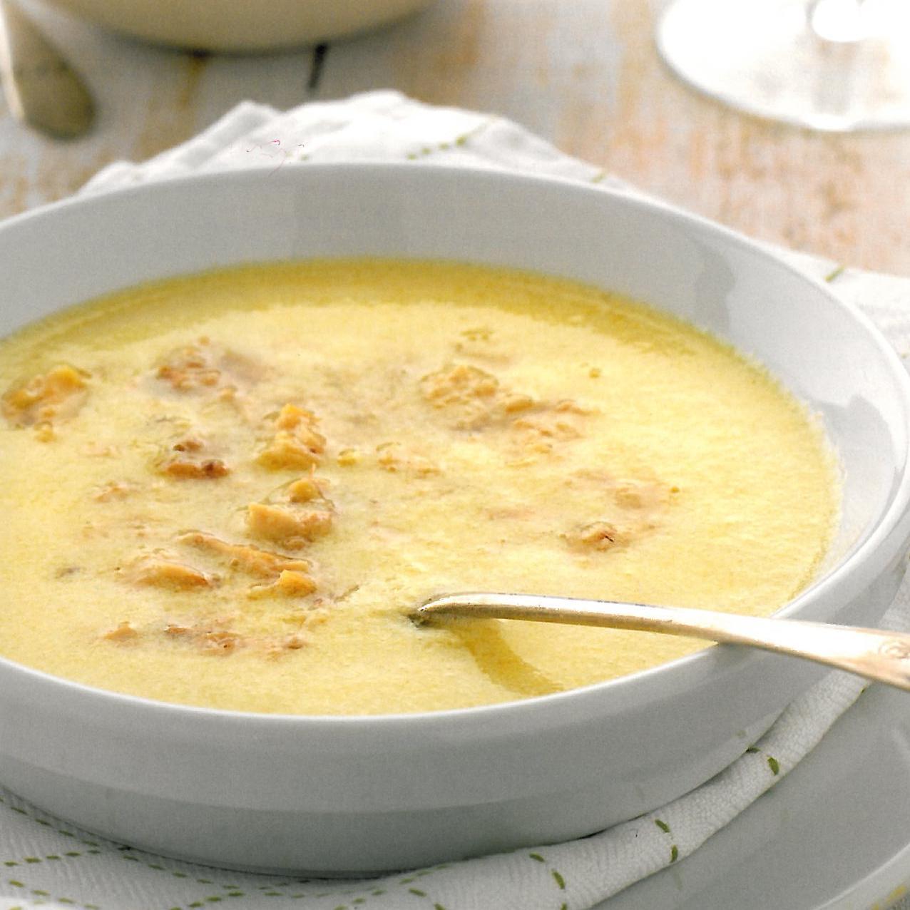 Sopa de pollo con salsa de huevos y limón