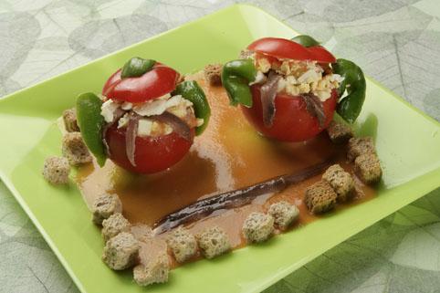 Tomates rellenos con salmorejo de anchoas y huevo