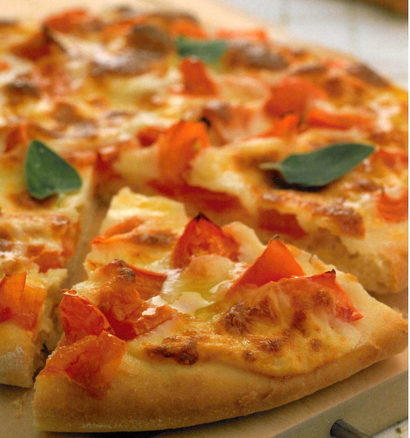 Pizza con tomate, queso y albahaca