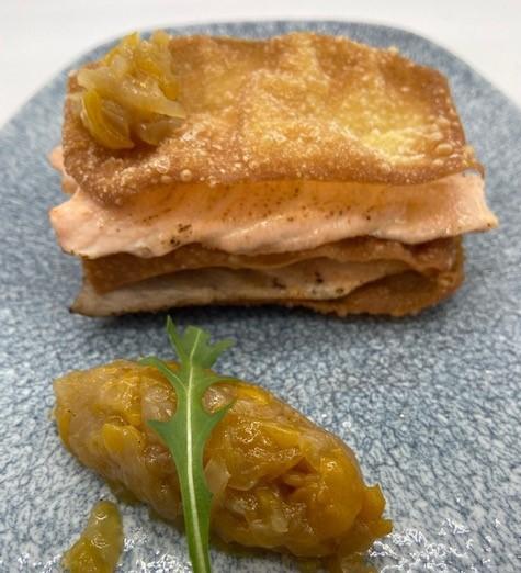 Milhojas de salmón con chutney de pera y rúcula