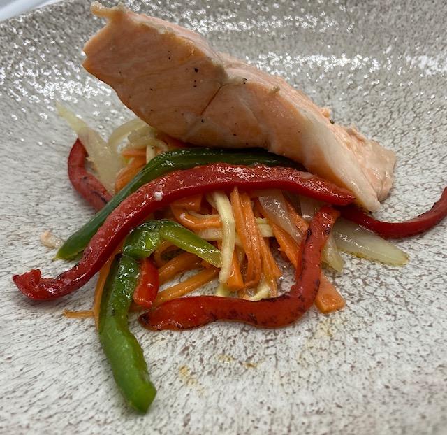 Salmón al papillote con verduras y vinagreta de hierbas y jengibre